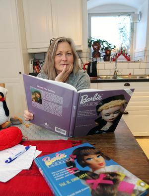 Iréne Holmgren läser om 1960-talets Barbiedockor och deras garderober.