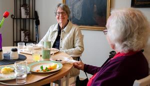 Maj-Britt Thulin äter lunch på pensionärsrestaurangen Allégården.