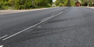 Här är en bild från 250 vid Kungs-Barkarö. Det är helt enkelt varm remix som fastnar på lastbilarna som lägger asfaltens däck som släpper när de kör.