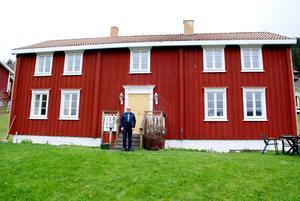 Under 90-talet utvecklade Arne Hafstad gården MårtenLien till vad den är i dag, lägenhetsuthyrning. Här står han framför mangårdsbyggnaden.