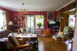 I vardagsrummet har väggarna fått en rosa färg.