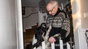 Husse Jan Svedberg tillsammans med hunden Bellman tror Bernhard är stolt över vinsten.