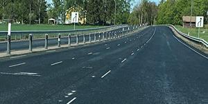 """I vänsterfilen kan man se spår av däck som blivit kvar som en ojämnhet i asfalten. """"Svårt välja annan väg, man får stå ut med skiten som lagts.""""; säger Kungsörsbon Göran Jonsson."""