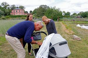 Journalisten Anna Hegestrand dyker upp med bebis vid pressträffen. I bakgrunden Åsa Örtengren från TV4.