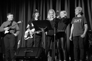 High Five består av Bella Grönholm (sång), Iris Norberg (sång), Gustav Helsing (trummor), Max Helsing (bas), Einar Assis (gitarr).