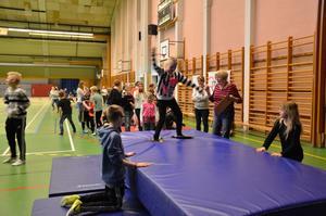 Det gällde att hålla balansen i puckelpistbacken i Laxåhallen.