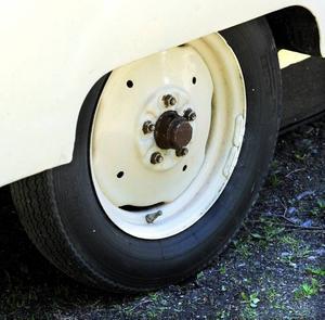 Hjulen är från en Grålletraktor.