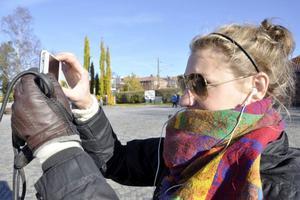 Man måste få bevis för att solen finns – och att hösten är färggladare än man kan tro. Emelie Berglund från Stockholm, men student på Mittuniversitetet, förevigar Badhusparken i höstsol.