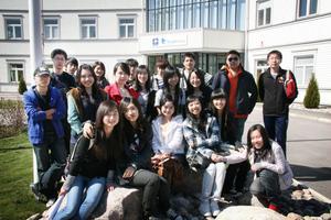 Svenska fönster i Edsbyn fick på måndagen besök av 20 studenter från Kina och som läser vid högskolan i Gävle.