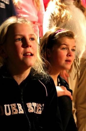 Sångglada. Lisa Lindström och Ellionore Hallén lever sig in i sången