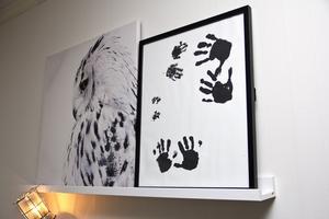 De tre döttrarna och familjens katt har gjort avtryck på tavlan.