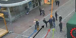 Kvinnan var omringad av anhängare från nazistiska Nordiska motståndsrörelsen när misshandeln skedde. Bild från polisens förundersökning.