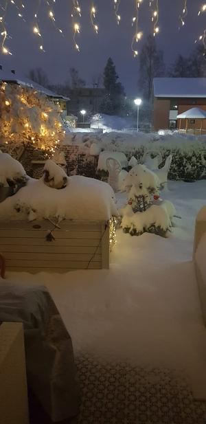 Juleljusen gav ett mysig sken i snön på Hisingstorp. Foto: Anette Hedin