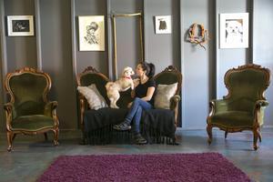 Möblerna i salongen är från auktionsbyrån i kall.