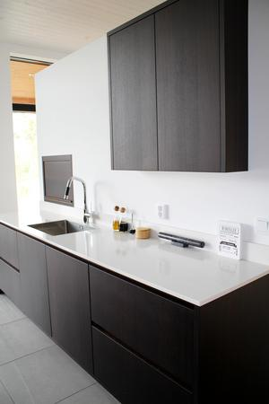 Köket är modernt och stilrent, efter parets önskemål.