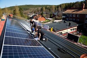 Dala Solenergi monterar panelerna. Varje panel går att se i en app. Om någon går sönder är det lätt att hitta vilken det är.