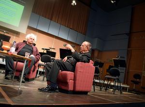 Göran Greider och Sven-David Sandström pratade musik, kultur och utbildning under ledning av de två eleverna Josefine Fransén och Casper Wikström.