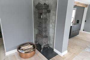 Murstocken har blivit åtgärdad och en ståtlig vedkamin sprider värme på nedervåningen. I köket finns även en vedspis bevarad.