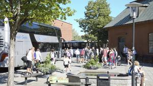 På Hälsingtorget, utanför Frälsningsarméns lokaler, samlades alla resande.