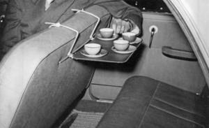 Lagom mycket i koppen var nog lämpligt här, vid användning av 1950-talsnyheten bilbord. Foto: Pressens Bild/TT