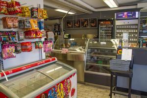 Många hyllor i butiken gapar nu tomma. Några enstaka glassar ligger kvar i frysboxen, som också den ska forslas bort.