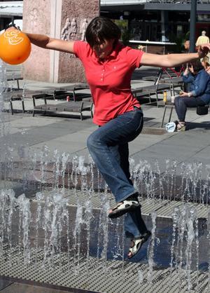 Räddade ballongen. Sophie Stamper fick rädda sonens ballong när den blåste in i fontänen.