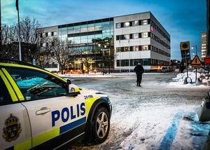 Säkerhetspådrag utanför Västmanlands tingsrätt innan  rättegången startade i förra veckan.