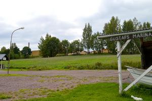Om bolaget ska bygga bostadsrätter vid båthamnen nedanför Enbacka skola vill man att kraftledningen ska flyttas.