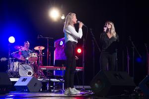 Gamla hits varvades med nya, här framförs First Aid Kit-låten My silver lining.