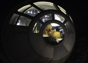 Styrman Chewbacca i cockpit på The Millennium Falcon som byggts upp på Disneyland i USA. (arkivbild)