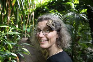 """För varje människa på jorden finns cirka 200 miljoner insekter, skriver Anne Sverdrup-Thygeson, norsk professor i bevarandebiologi, i sin bok """"Insekternas planet"""". Fjärilen i hennes hår är av Caligosläktet. Foto: Jessica Gow"""