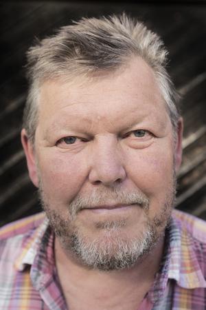 Jan-Olov Björklund har vigt hela sitt liv åt fjärilar. Bland annat har han skapat  Hummelsvedjans fjärilsväg – en självguidad stig för allmänheten.