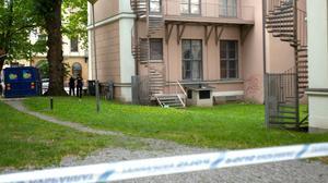 Den skadade mannen hittades liggandes på en brandtrappa bakom Hälsinglands museum.