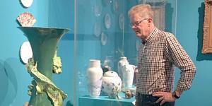 En av deltagarna i SPF Avestas resa tar en närmare titt på Nationalmuseums många konstverk.