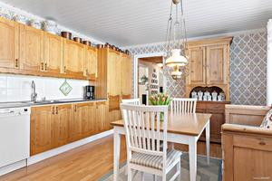 Köket är rymligt kök med arbetsyta och förvaring på två sidor.