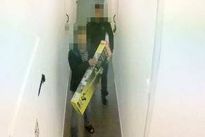 Övervakningsbilder har fångat när stöldgods bars bortfrån förrådet.