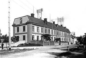 Under åren 1893 - 1915 användes byggnaden där det gamla lasarettet låg som fattighus. Numera utgör fastigheten landstingets sessionsbyggnad. Bild: Västernorrlands museum