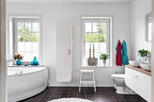 Helkaklat badrum med klinkergolv och bubbelbadkar. Foto: PAX Fastighetsmäklare/Stefan Strindberg