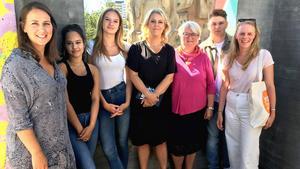 My, Sara och Mateus tillsammans med jämställdhetsminister Lena Hallengren (S) och initativtagarna till #porrfribarndom. Foto: Juventas ungdomsjour