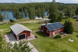 Idyllisk fritidshus med utsikt över Årbosjön. Med en varm atmosfär både innan och utför finns Foto: Jona Granath
