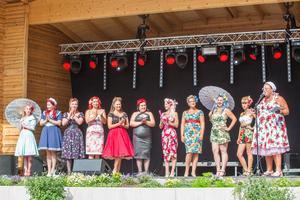 Alla pinuppor samlas på scenen innan vinnaren till årets första