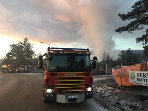 Branden i flishögen spred en stank som plågade många i Timrå i november.
