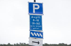 """""""Centralt belägna parkeringsplatser befrämjar inte ett ökat resande med kollektiva transportmedel"""", står det i insändaren."""