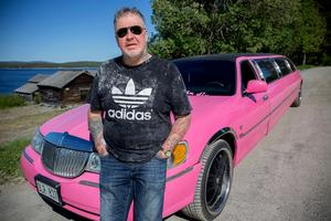 Lacke Jonsson bytte bort sin svarta Cadillac mot en rosa limousine.