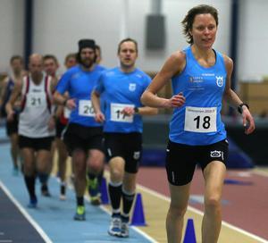 Liduina van Sitteren åkte 60 kilometer långa skidtävlingen Engelbrektsloppet på söndagen – och var dagen därpå snabbaste dam över 2 000 meter i Inneseriens tredje deltävling.