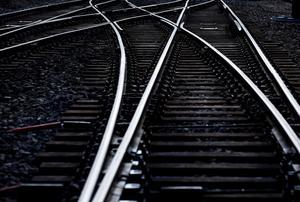 All tågtrafik – såväl pendeltåg som fjärr- och regionaltåg – har stoppats till och från Stockholm under måndagseftermiddagen.
