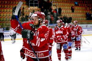 Timråspelarna, med Robin Jonsson i spetsen, tackar supportrarna efter en match mot Brynäs 2007. Bild: Sofia Forell/ST Arkiv.
