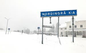 Kvinnans make sitter häktad misstänkt för dråp efter att kvinnan hittats död i Nordingrå, Kramfors kommun.