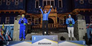 Hanna Öberg var mäkta glad när hon fick kliva högst upp på prispallen och ta emot sin guldmedalj inför alla fans. Bild: TT.