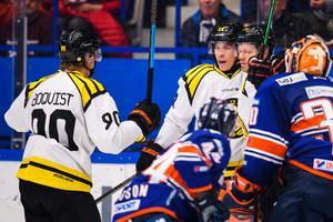 Nicklas Danielsson klappas om av Tomi Sallinen och Jesper Boqvist vill också vara med.